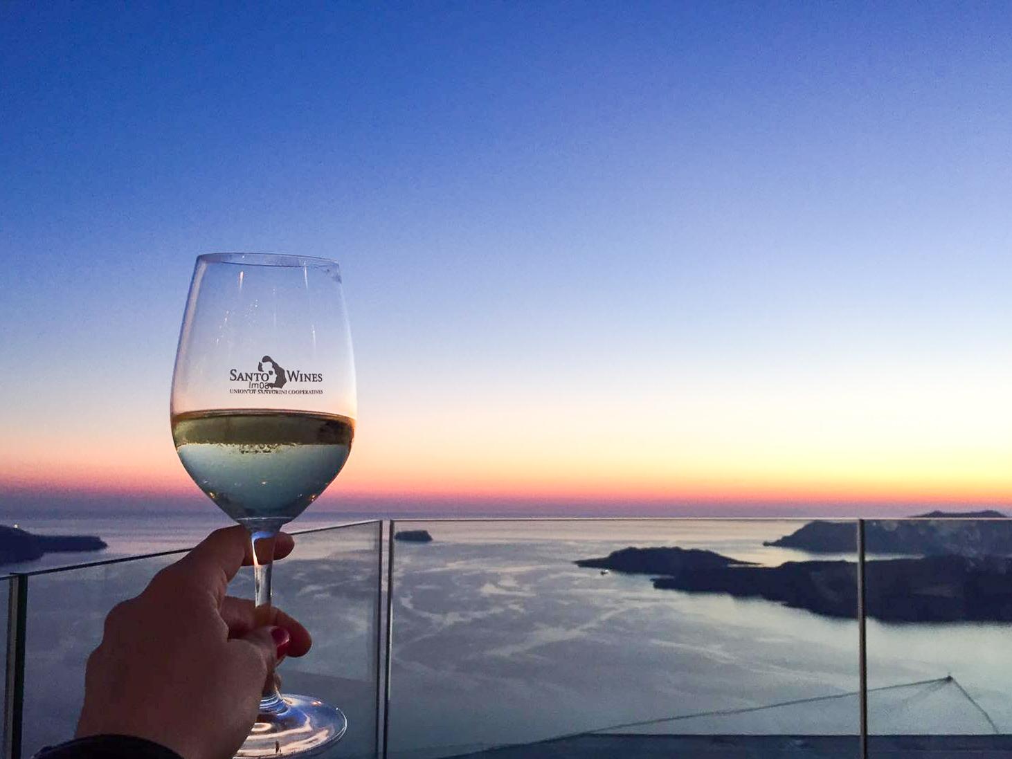 Santorini Sonnenuntergang Glas Wein am Meer