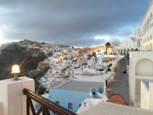 Fira auf Santorini in der Abenddämmerung