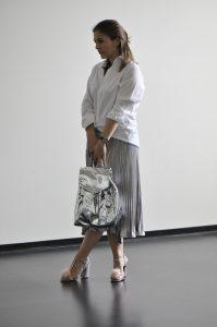 White & Silver Look: Schwingender Plissee Rock in Silber kombiniert mit einem Oversized Men Shirt