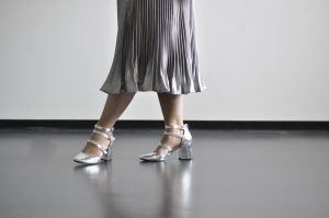 Plissee Rock mit silbernen Schuhen