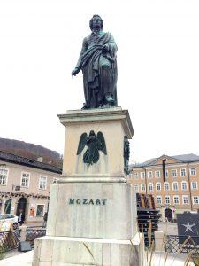 Mozart überragt alle...auf dem Sockel