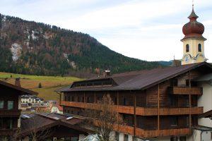 Ausblick auf die Berge und die Kirche