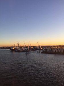Der Hamburger Hafen im Abendlicht