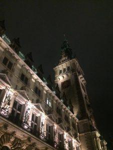 Das Hamburger Rathaus angestrahlt bei Nacht
