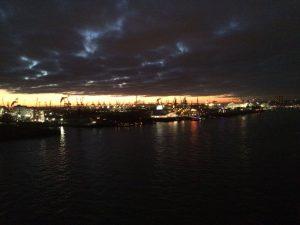 Lichtspiel im Hamburger Hafen