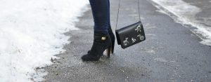 Stiefeletten und Tasche von Zara im Detail