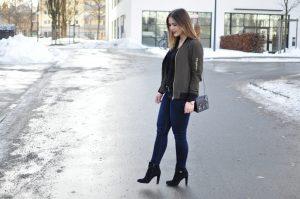 Bomberjacke zu Denim Jeans und Stiefeletten