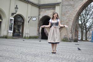 Im Dirndl von Bavaria Lederhosen am Sendlinger Tor