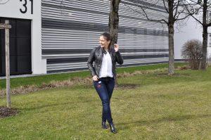 Skinny Jeans mit Patches & Lederjacke