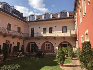 Der sonnige Innenhof des Hotels