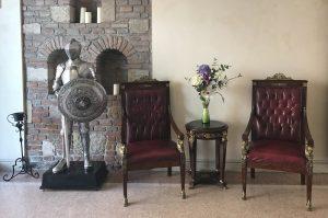 Wie in einer Burg - mit Ritterrüstung und Ledersesslen ist das Hotel eingerichtet
