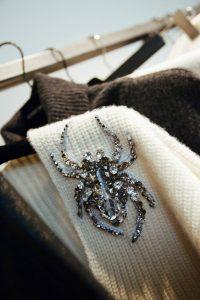 Wunderschöne Kollektion von Giada Benincasa - ich liebe die bestickten Pullis, hier mit einer Spinne (Quelle: Le Bureau)