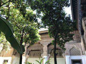 Innenhöfe mit viel Grün im Bahia Palast in Marrakesch
