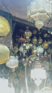 Schmiedekunst und verzierte Lampen sind in Marrakesch keine Seltenheit