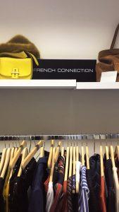 So tolle Teile aus der neusten Kollektion von FRENCH CONNECTION hängen an der Kleiderstange