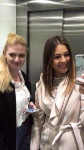 Zusammen mit Sassi von BeSassique im Fahrstuhl auf dem Weg zur nächsten PR Agentur