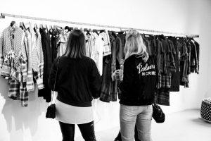 Ich schaue mir mit Sassi von BeSassique (ihr kennt sie vom Fashiondeluxxe Charity Bazar) die neue Kollektionen an (Quelle: Le Bureau)