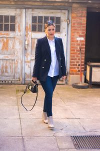 Business Look mit Longblazer, Lederstiefeletten und Jil Sander Sunnies