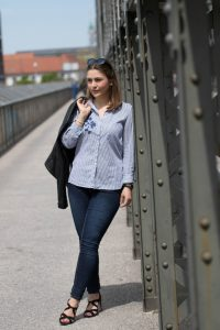 Rock Chic Look: Lederjacke, Denim, Silberschmuck