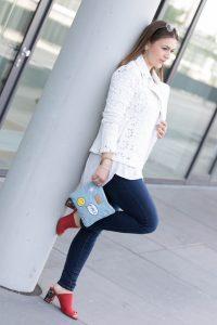 Outfit: Mules & weiße Lederjacke mit Spitzendetails