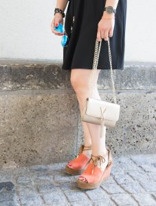 Luftiger Sommerlook mit Wedges, Crossbody Bag und Pilotenbrille