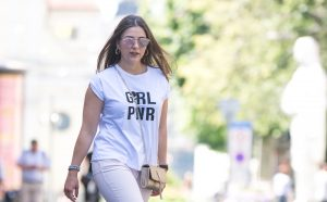 Streetstyle Look mit Statement Shirt, Crossbody Bag und Pastelljeans