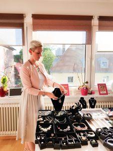 Kristin erklärt die Unternehmensgeschichte und zeigt ausgewählte Schmuckstücke