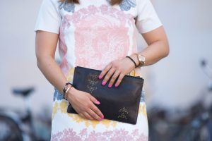 Sommer Look: Gummiertes Kleid mit Print, Clutch und verspiegelte Pilotenbrille