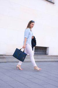 Business Look für den Sommer mit Laptoptasche in angesagtem Design und Marine-Blazer