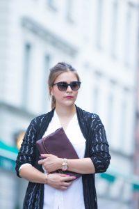 Streetstyle: Cardigan mit Lochmuster, Pastellfarben und Foldover Bag