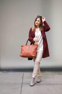 Herbst Look mit Wollmantel in Bordeaux und Sashino Luxury Bag in Cognac