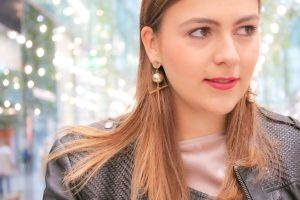Day Outfit und Abend Look: Rosa Plissee Rock kombiniert zu schwarzer Lederjacke und Stiefeletten mit Blockabsatz