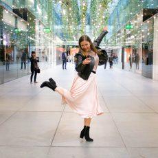 Outfit: Rosa Plissee Rock, Lederjacke & Stiefeletten mit Blockabsatz
