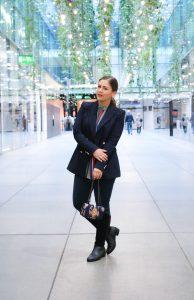 Outfit: Streifenbluse, Marineblauer Blazer, Lederstiefel & Crossbody Bag