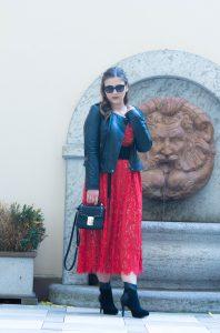 La Dolce Vita - Mein heutiger Look ersrahlt im frühlingshaften Italian Style: Rotes Spitzenkleid mit Taillengürtel, hochwertige Lederjacke und schwarze Stiefeletten