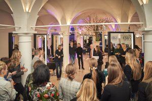 Haarwäsche mit den neuen GARD Produkten bei einem Münchner Luxus-Frisör sowie Haarstyling durch Boris Entrup inklusive exklusiver Styling Tipps