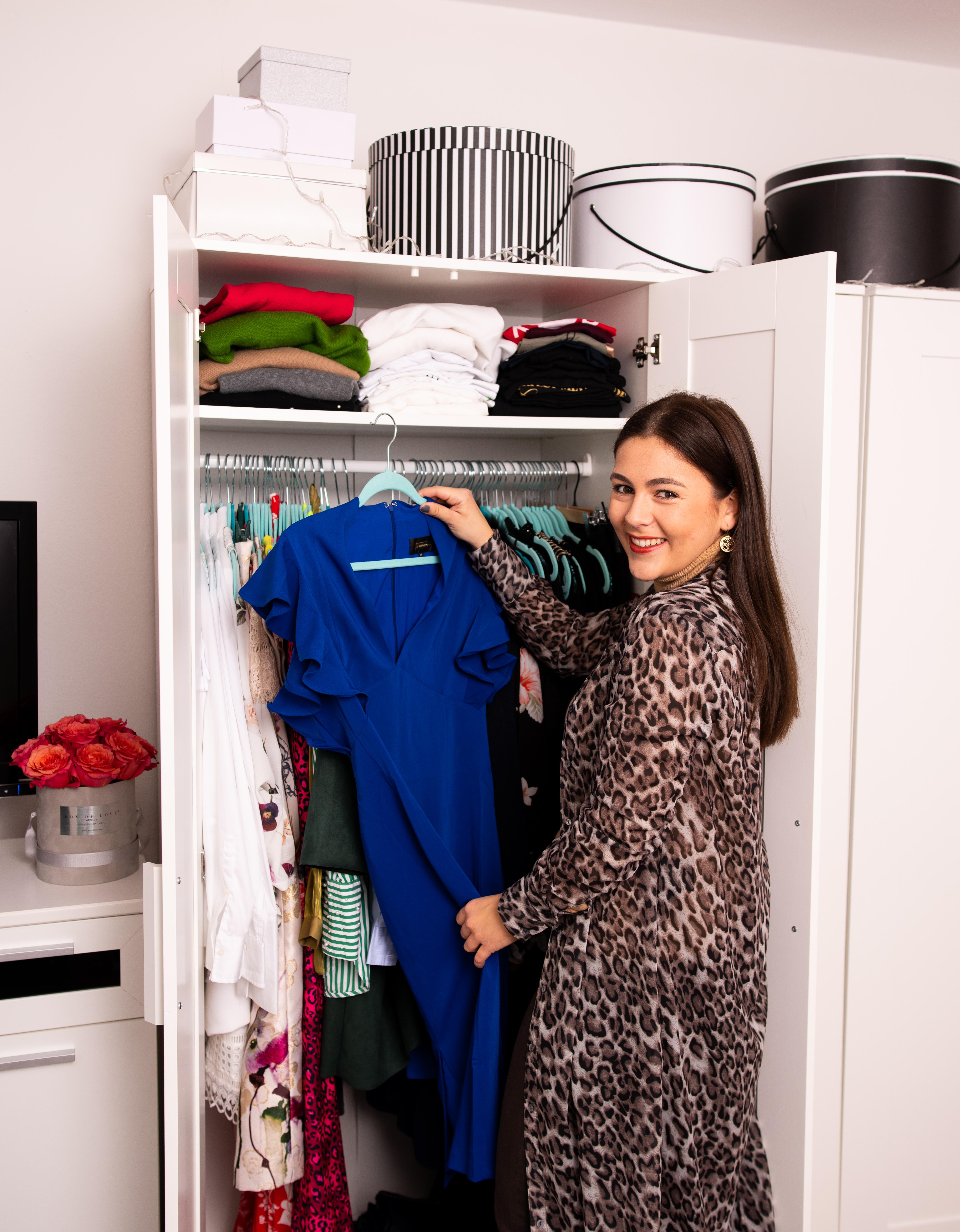 Kleiderschrank Check, Style Coaching, Neuer Look - Nathalie Dorff von Fashiondeluxxe mit neu gekauftem Kleidungsstück vor ihrem Kleiderschrank
