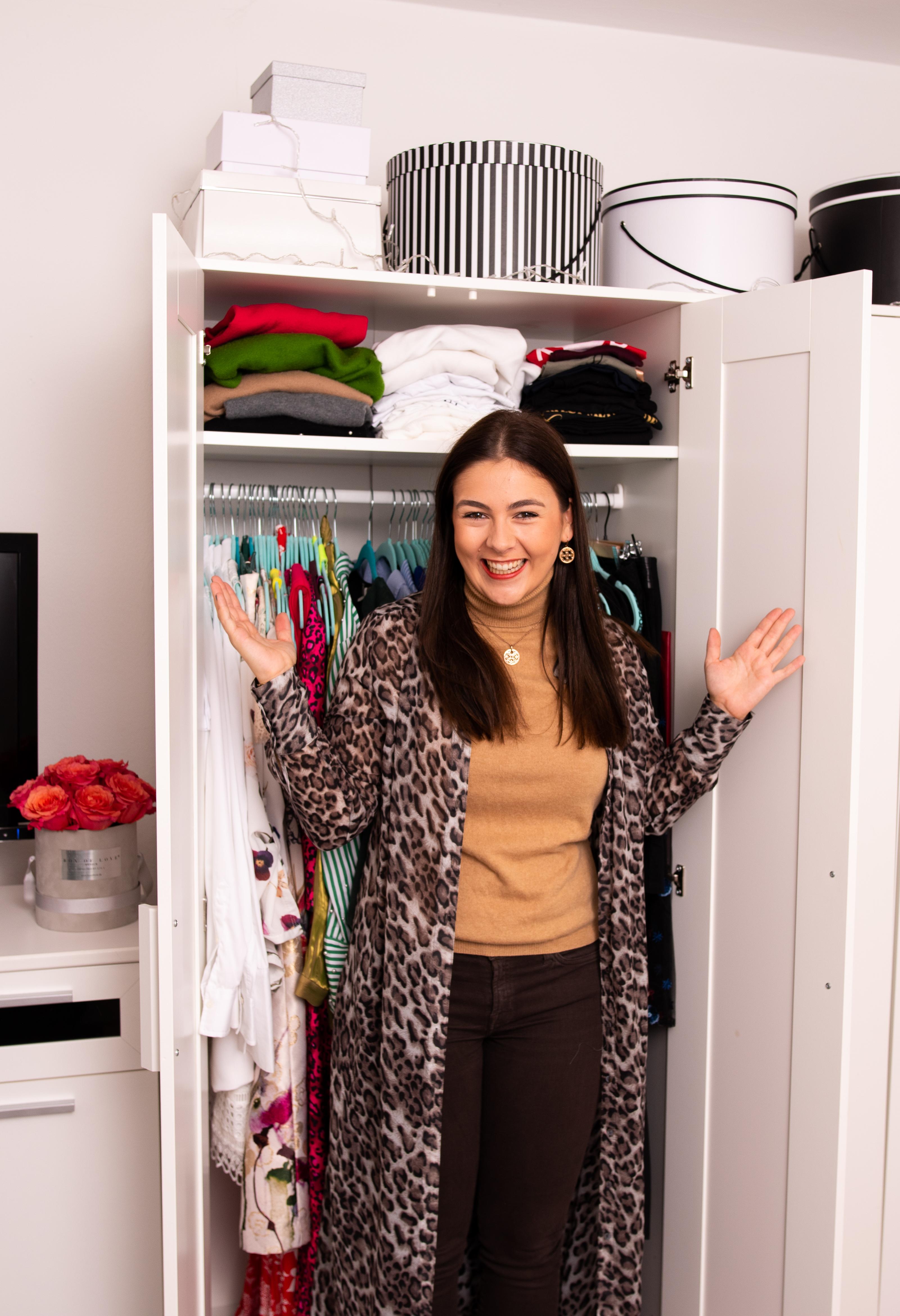 Kleiderschrank Check, Style Coaching, Neuer Look - Nathalie Dorff von Fashiondeluxxe vor ihrem aufgeräumten Kleiderschrank