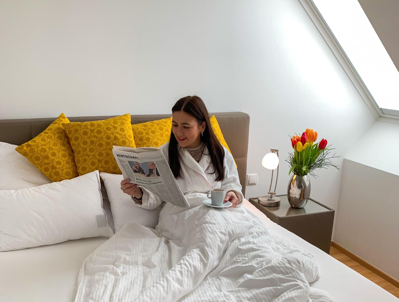 Frühstück im Bett im Schlafzimmer von Vienna Grand Apartments, einer Alternative zum Hotel in Wien