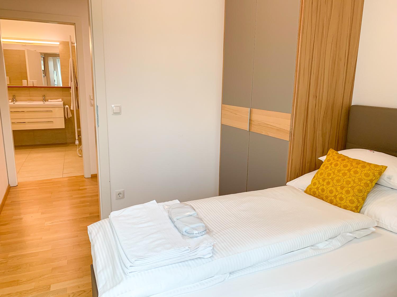 Schlafzimmer mit Einzelbett in den Vienna Grand Apartments, einer Alternative zum Hotel in Wien