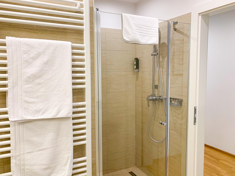 Begehbare Dusche im Badezimmer in den Vienna Grand Apartments, einer Alternative zum Hotel in Wien