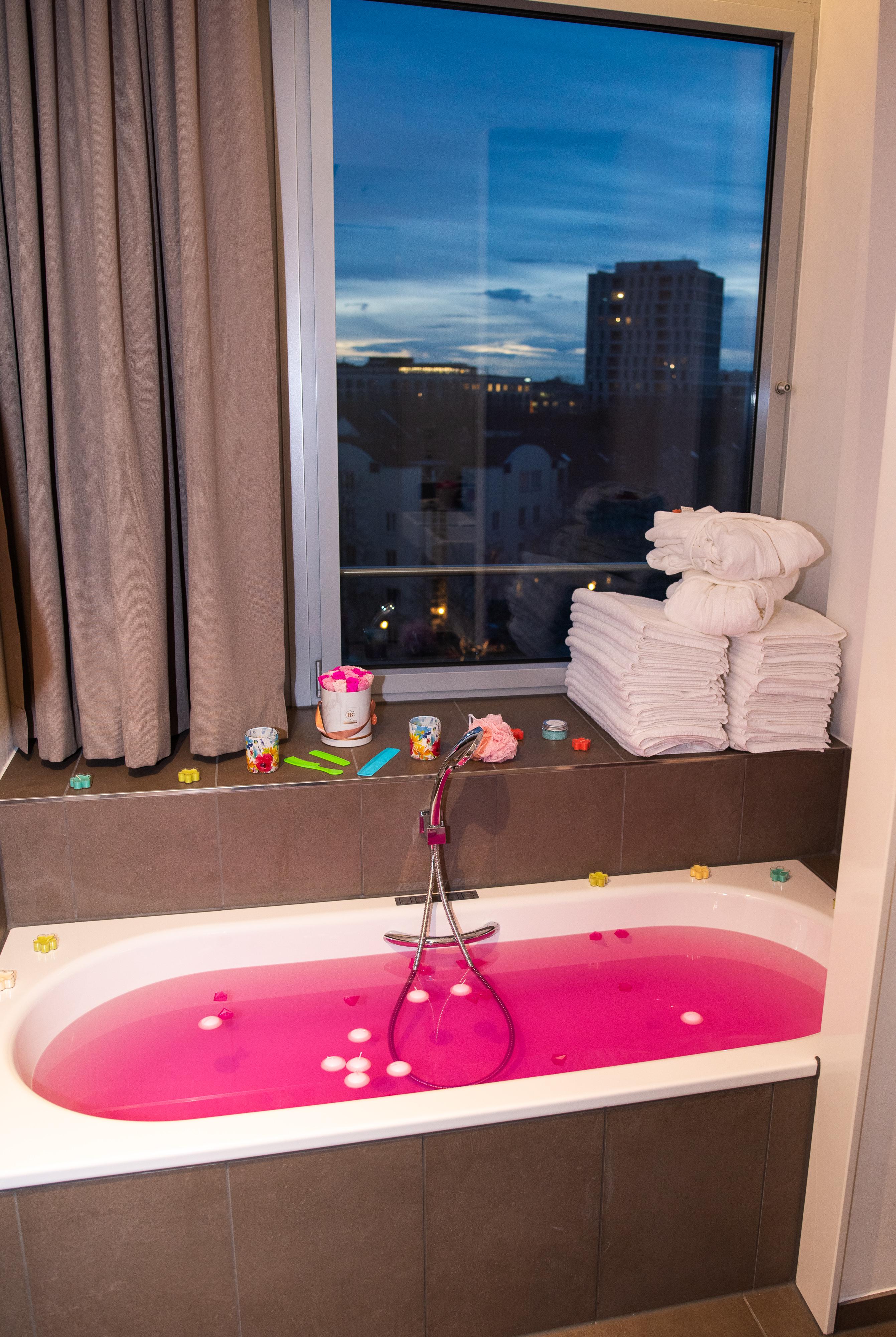 Frühlingshafte Beauty Highlights auf der Fashiondeluxxe Beauty Night - Edition Spring Mood im Steigenberger Hotel München, rosa Badewanne mit Ausblick