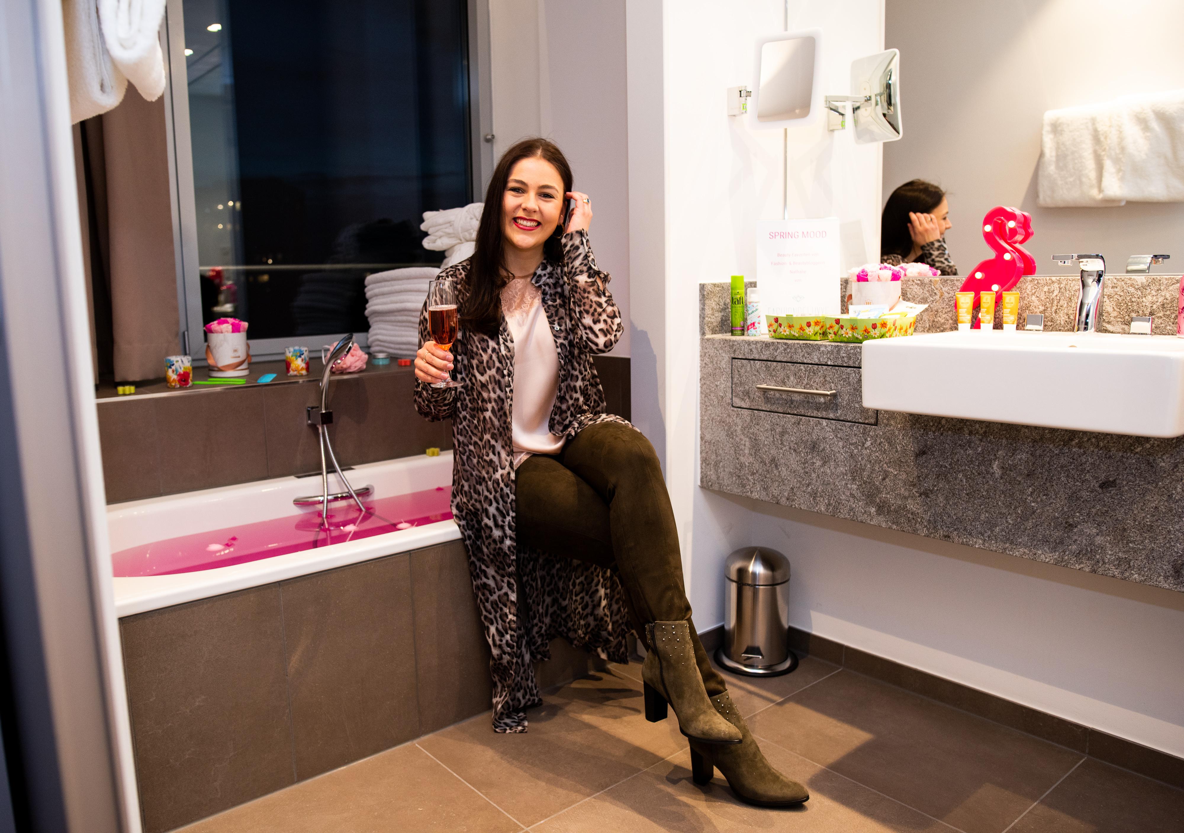Frühlingshafte Beauty Highlights auf der Fashiondeluxxe Beauty Night - Edition Spring Mood im Steigenberger Hotel München, rosa Badewanne