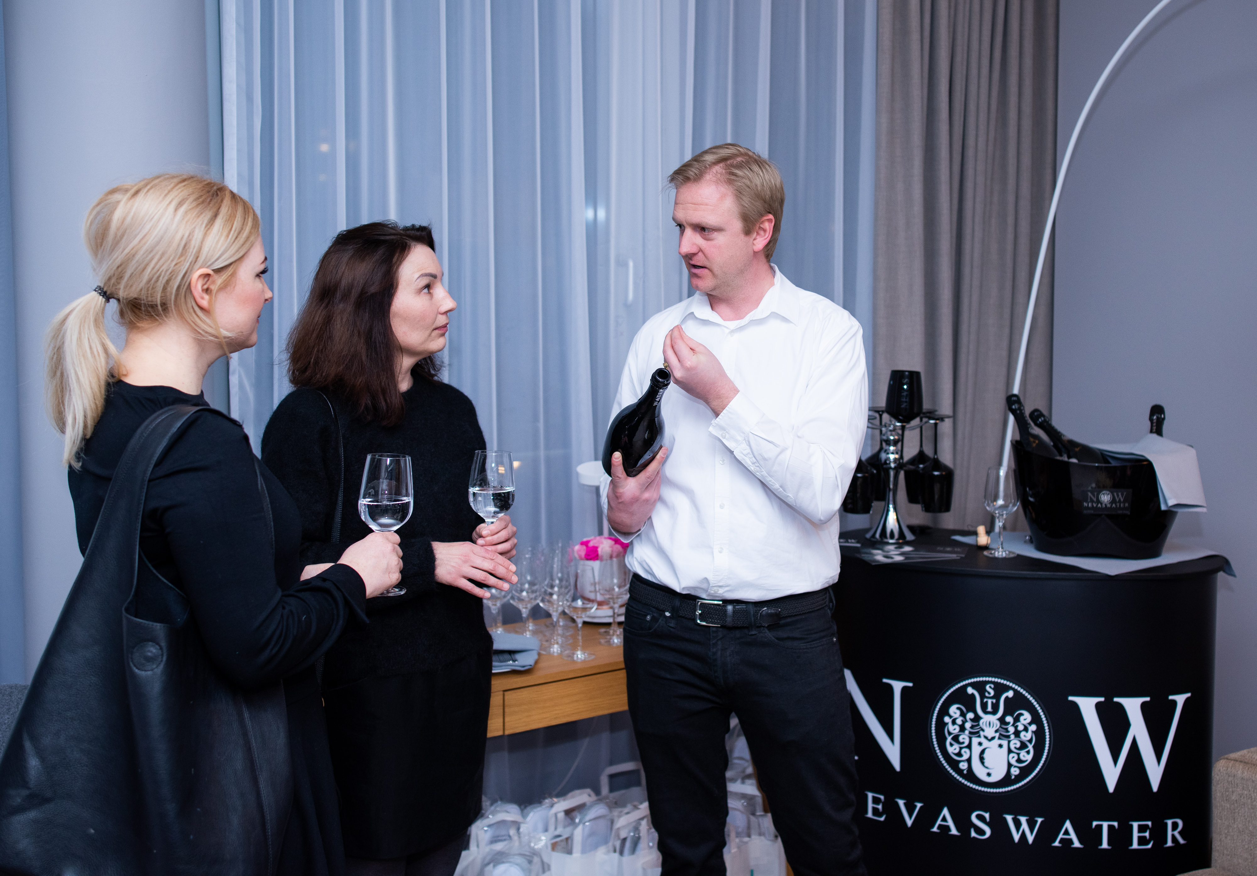 Frühlingshafte Beauty Highlights auf der Fashiondeluxxe Beauty Night - Edition Spring Mood im Steigenberger Hotel München, NEVAS Water als Event Sponsor