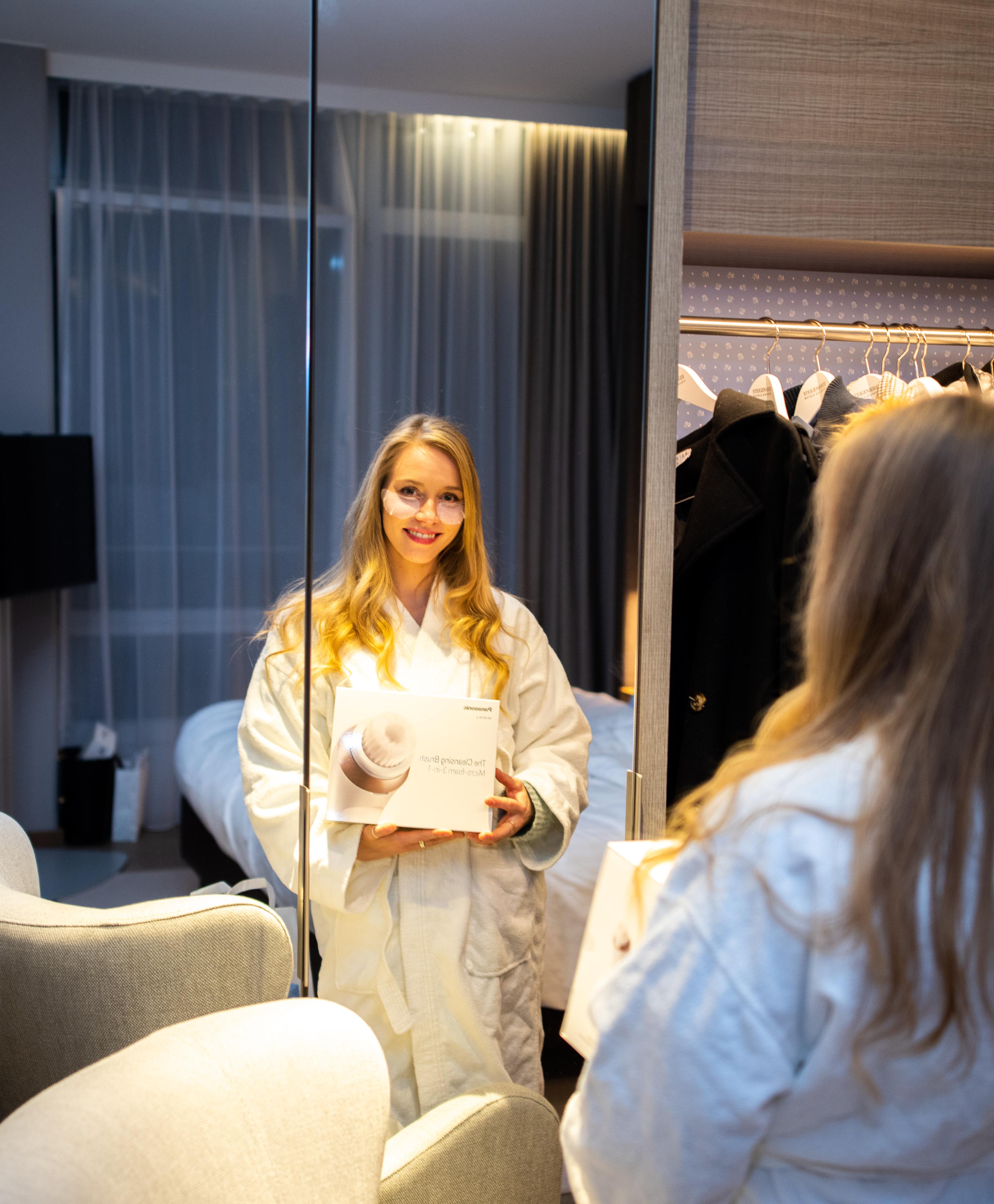 Frühlingshafte Beauty Highlights auf der Fashiondeluxxe Beauty Night - Edition Spring Mood im Steigenberger Hotel München, Gesichtsbürste von Panasonic im Bademantel ausprobieren
