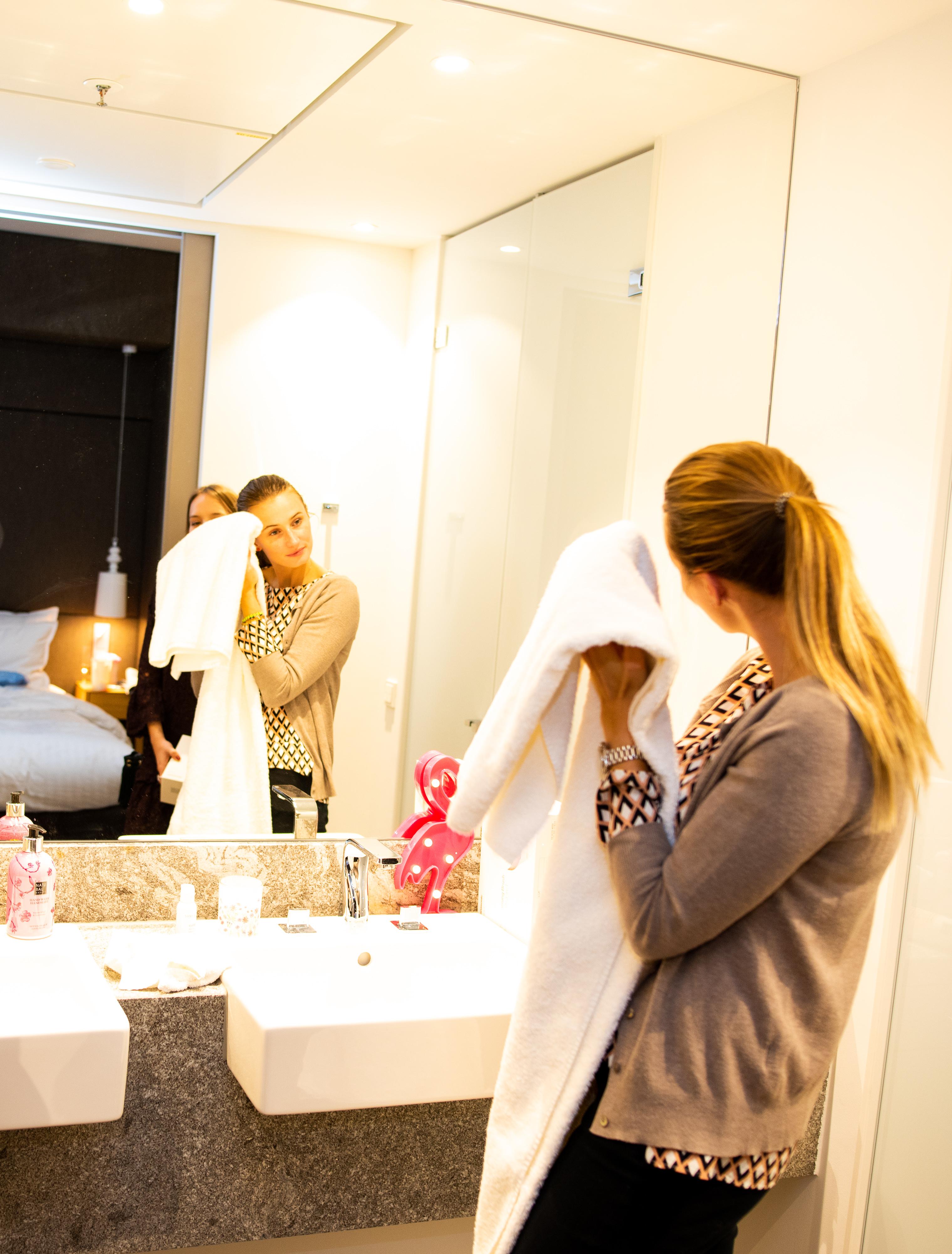 Frühlingshafte Beauty Highlights auf der Fashiondeluxxe Beauty Night - Edition Spring Mood im Steigenberger Hotel München, Abschminken, um die Kosmetik auszuprobieren